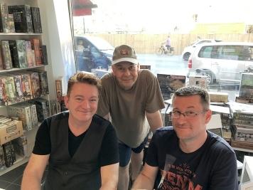 Der sympathische Herr in der Mitte ist demnächst wieder häufiger im T3 anzutreffen. (von links) Mike Perkins, Ekki, Alexander Bubenheimer